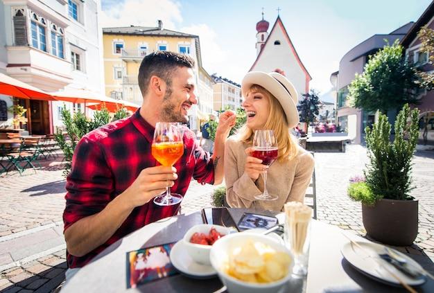 Beau jeune couple assis dans un bar-restaurant et prendre un verre