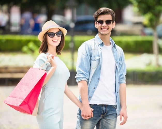 Beau jeune couple ayant des achats ensemble.