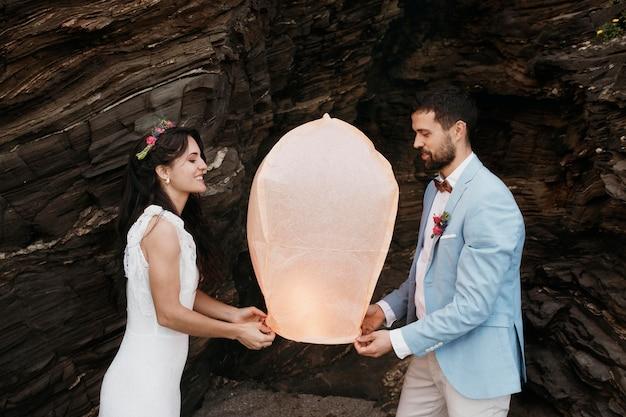 Beau jeune couple ayant leur mariage sur la plage