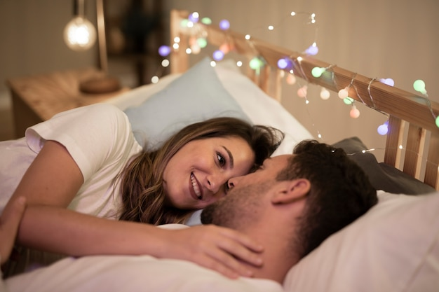 Beau, jeune couple, câliner, lit