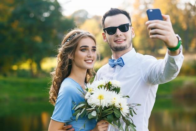Beau, jeune couple, sur, cérémonie mariage