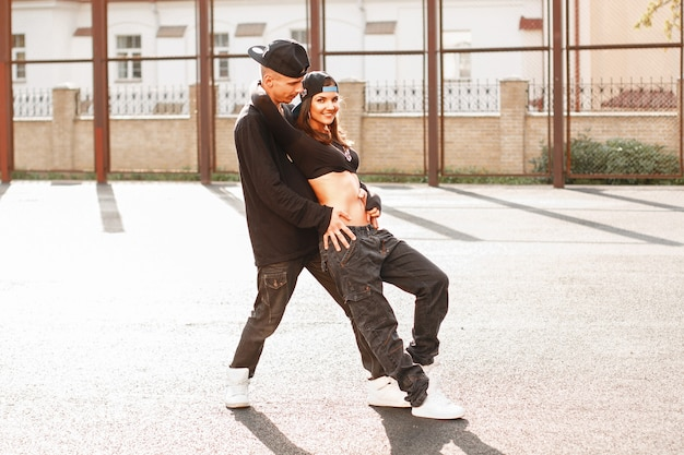 Beau jeune couple danse hiphop