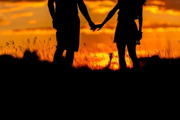 Beau, jeune couple, debout, coucher soleil