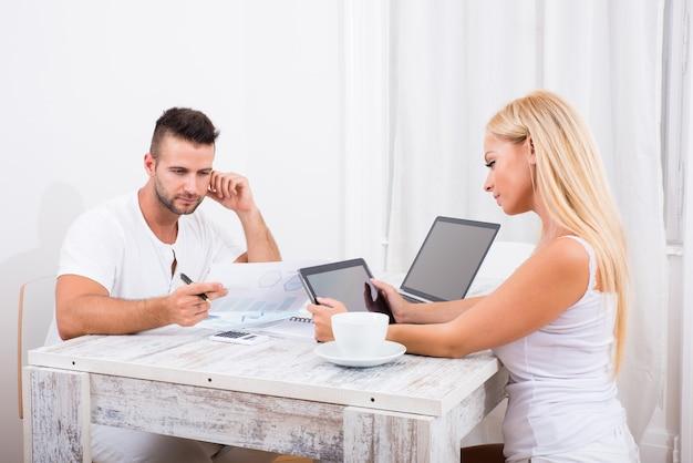 Un beau jeune couple discuter d'affaires