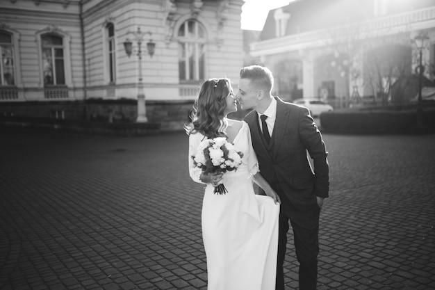 Beau jeune couple élégant de la mode marchant dans la rue en ville