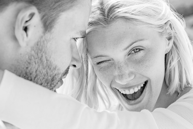 Beau jeune couple embrassant. exprimer son attention et son affection.