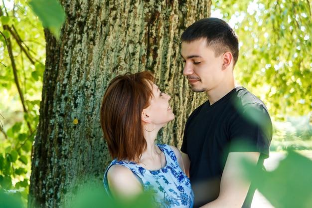 Beau jeune couple embrassant