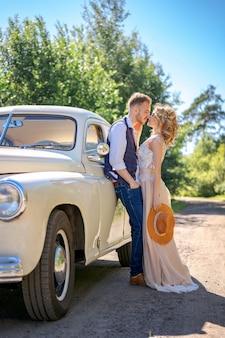 Beau, jeune couple, étreindre, près voiture