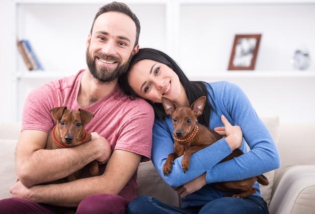 Beau jeune couple avec leurs chiens.