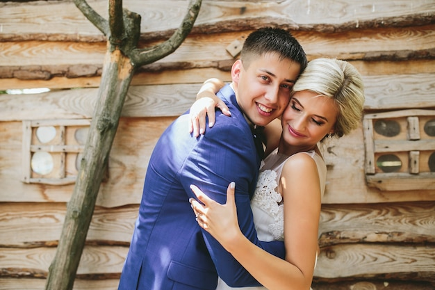 Beau jeune couple de mariage se tient près de la maison
