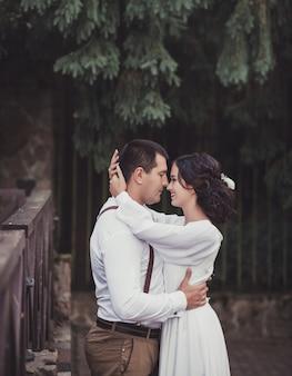 Beau jeune couple de mariage