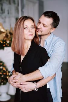 Beau jeune couple à noël