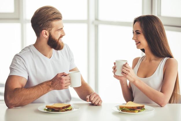 Beau, jeune couple, parler, sourire