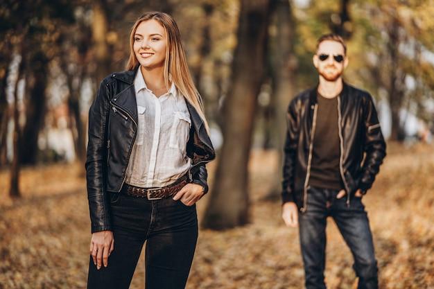 Beau jeune couple posant dans le parc automne