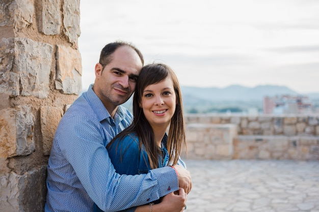 Beau jeune couple près des anciens murs de l'ancien château