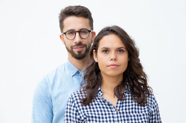 Beau, jeune couple, regarder appareil-photo