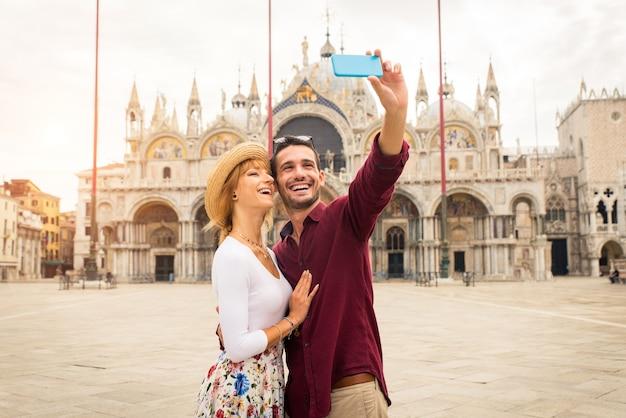 Beau jeune couple s'amusant lors d'une visite à venise
