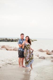Beau jeune couple se promène sur la mer