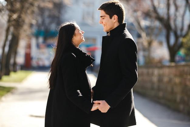Beau jeune couple se réunit dans la ville