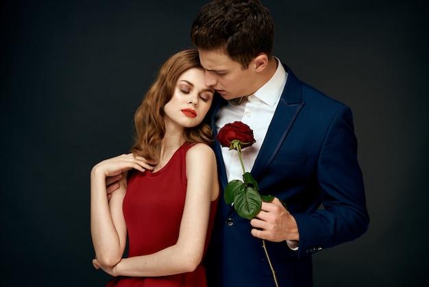 Beau jeune couple sexy d'amoureux de l'homme et de la femme sur fond noir