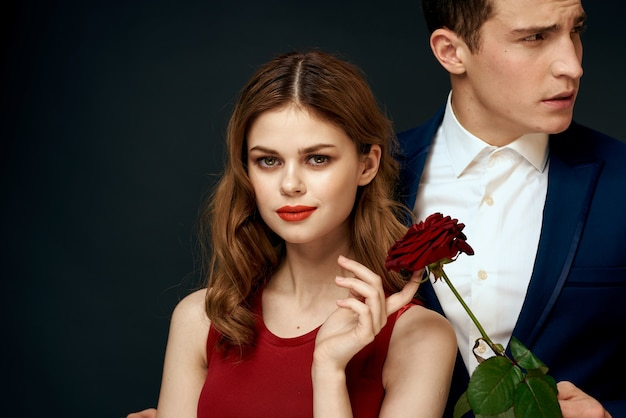 Beau jeune couple sexy d'amoureux homme et femme