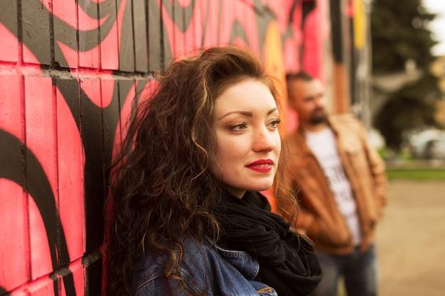 Beau jeune couple sexy marchant dans les rues de la ville.