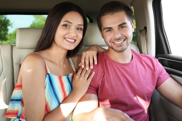 Beau jeune couple en voiture