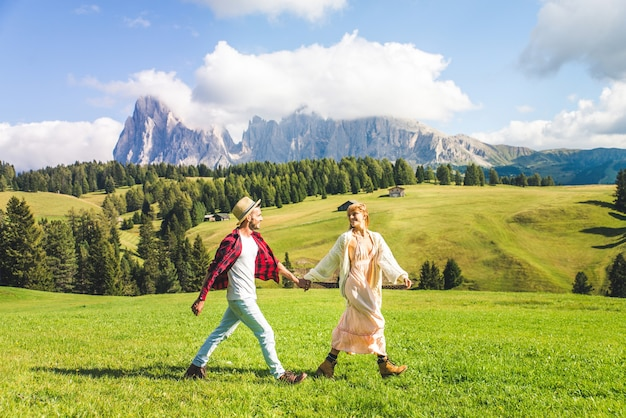 Beau jeune couple voyageant dans les dolomites, italie