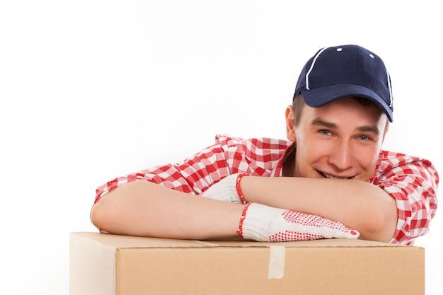 Beau jeune courrier avec boîte brune