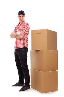 Beau jeune courrier avec des boîtes marron