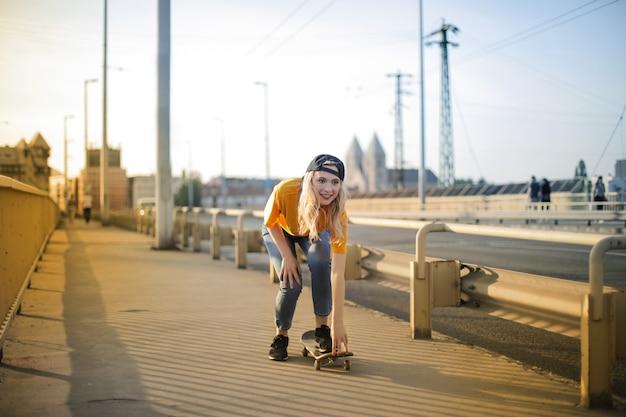 Beau, jeune fille, skateboard