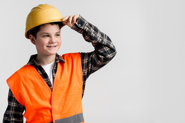 Beau jeune garçon posant avec un casque
