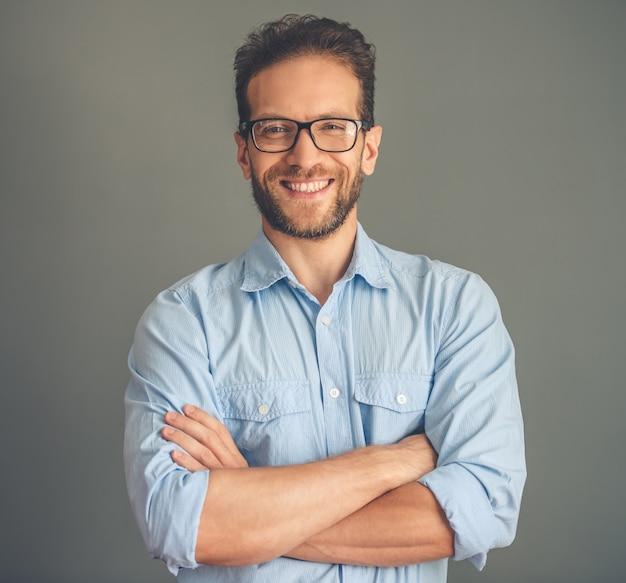 Beau jeune homme d'affaires en chemise et lunettes.