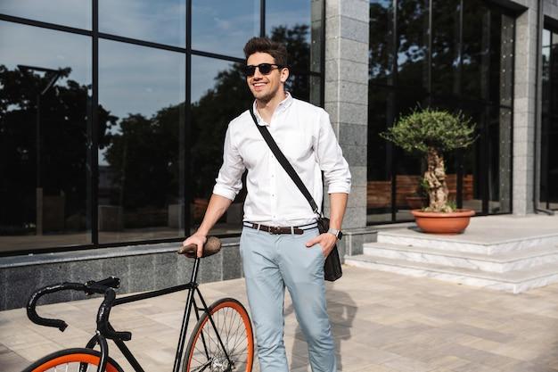 Beau jeune homme d'affaires habillé en chemise blanche
