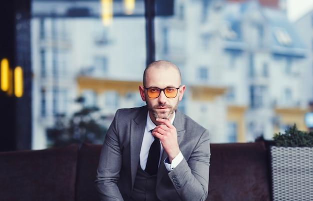 Beau jeune homme d'affaires à lunettes