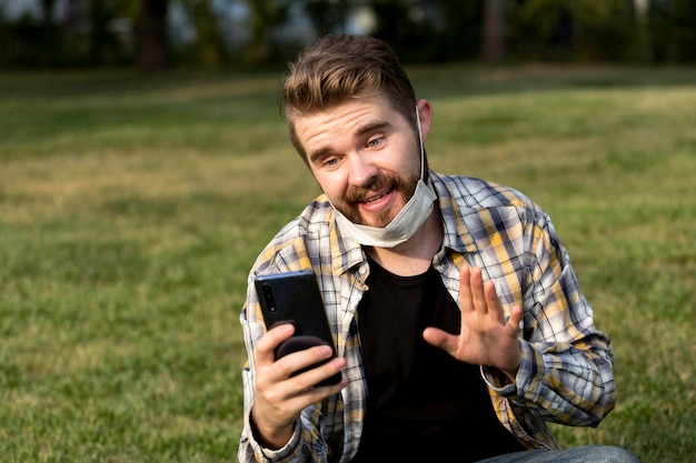 Beau jeune homme ayant un appel vidéo