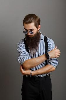 Beau jeune homme avec une barbe en chemise