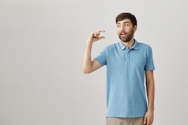 Beau jeune homme barbu posant