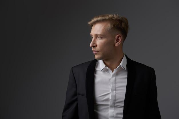 Beau jeune homme blond posant