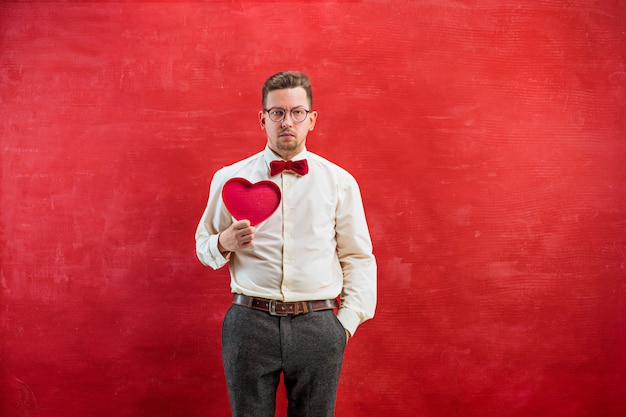 Beau jeune homme avec coeur abstrait