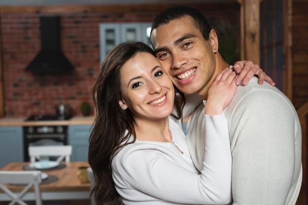 Beau jeune homme et femme ensemble