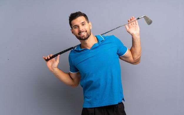 Beau jeune homme jouant au golf