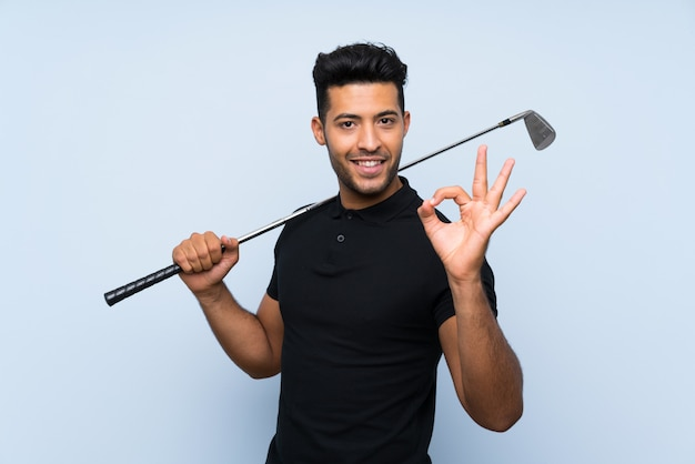 Beau, jeune homme, jouer golf, projection, signe ok, à, doigts