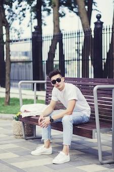 Beau jeune homme à lunettes de soleil