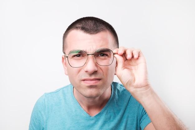 Beau jeune homme avec des lunettes