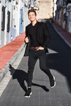 Beau jeune homme en noir