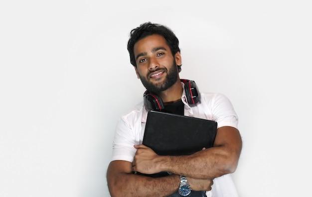 Beau jeune homme avec ordinateur portable sur fond blanc