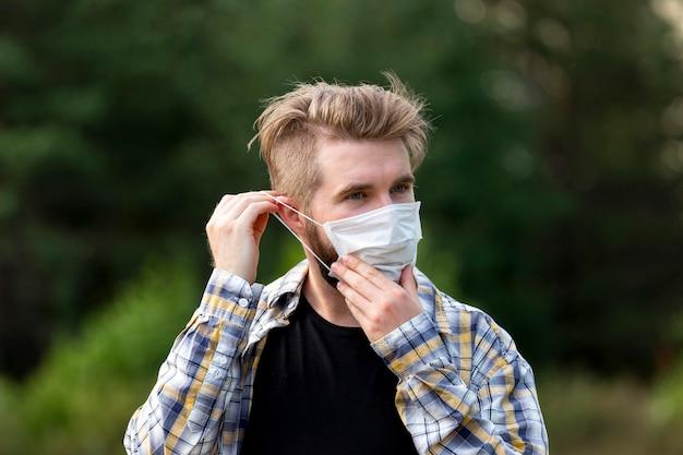 Beau jeune homme portant un masque facial