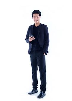 Beau jeune homme avec smartphone sur mur blanc. espace pour le texte