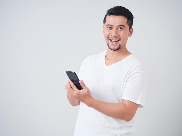 Beau jeune homme avec smartphone.